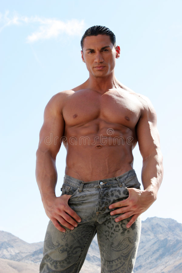 Modello maschio bello sexy con l'ABS dell'asse per lavare immagine stock libera da diritti