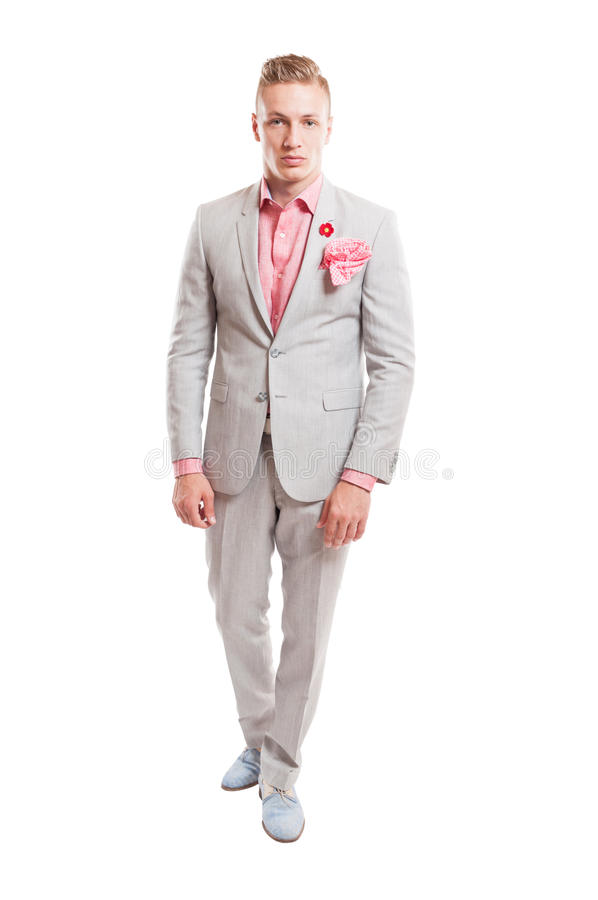 Modello maschio biondo che indossa vestito grigio chiaro elegante immagine stock