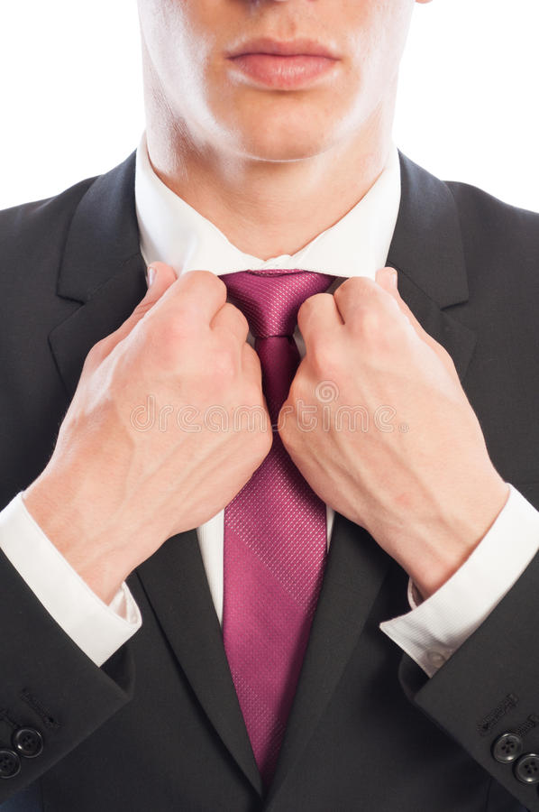 Modello maschio elegante che ripara il suo collare bianco della camicia fotografie stock