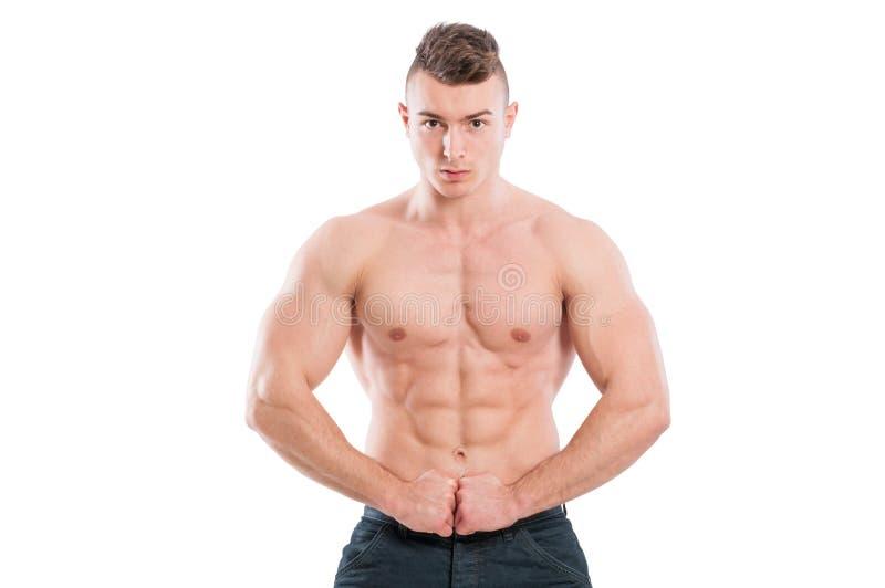 Modello maschio muscolare che flette l'ABS e armi immagine stock