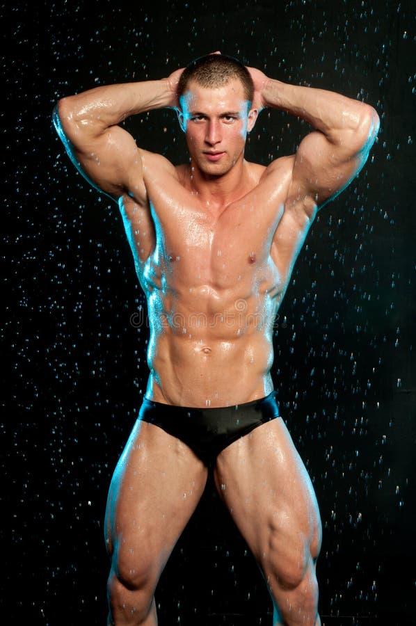 Modello maschio nello studio del aqua fotografia stock