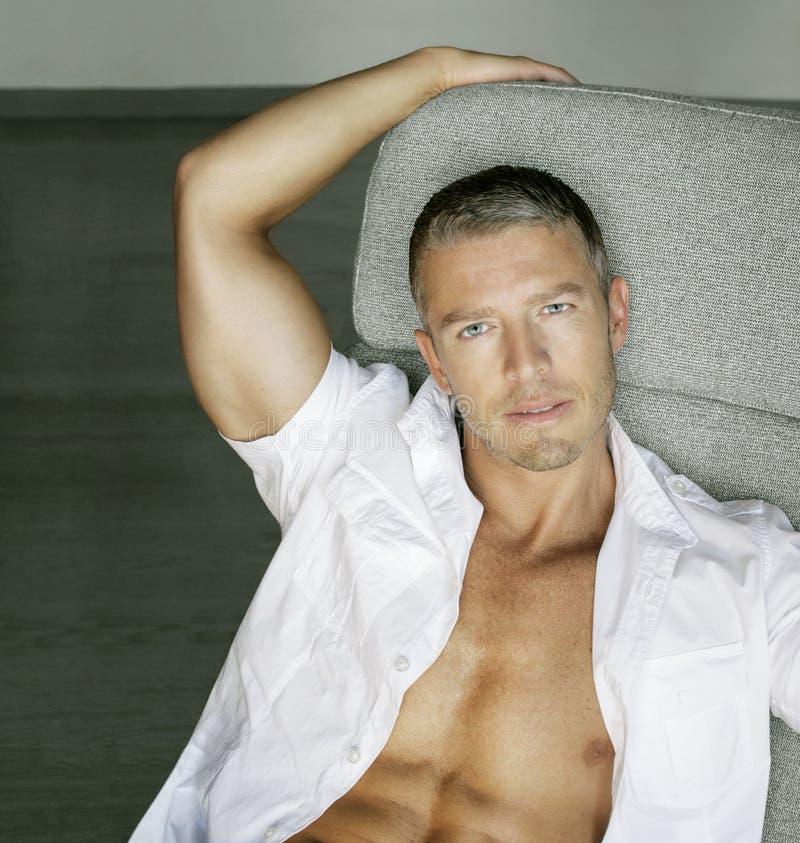Modello maschio sensuale fotografie stock libere da diritti
