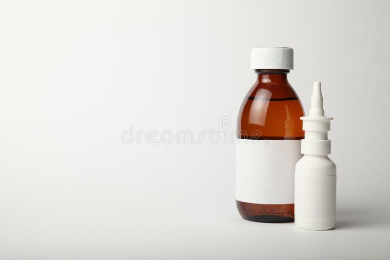 Modello medico dello spruzzo e della bottiglia di vetro Modello vuoto isolato su fondo bianco immagini stock