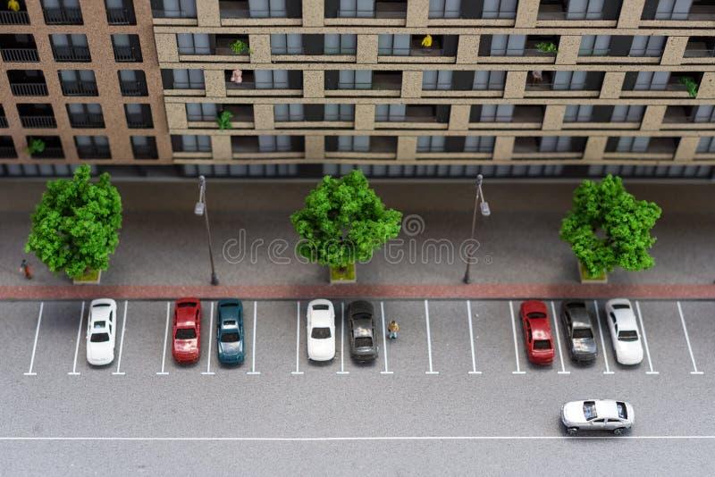 Modello miniatura, costruzioni miniatura del giocattolo, automobili e la gente Maquette della città fotografie stock