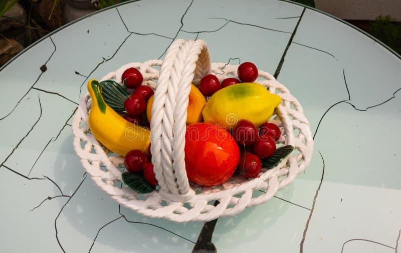Modello misto di frutti su una vecchia tavola immagine stock