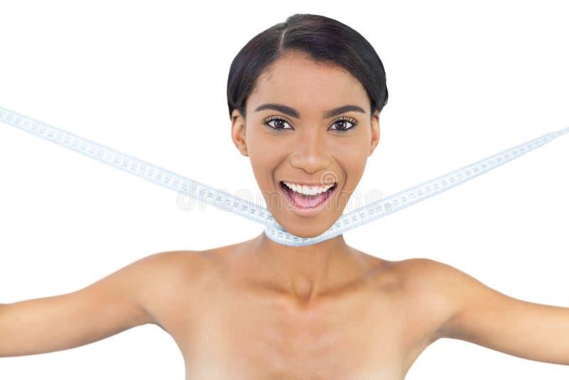 Modello naturale allegro con nastro adesivo di misurazione intorno al suo collo immagine stock