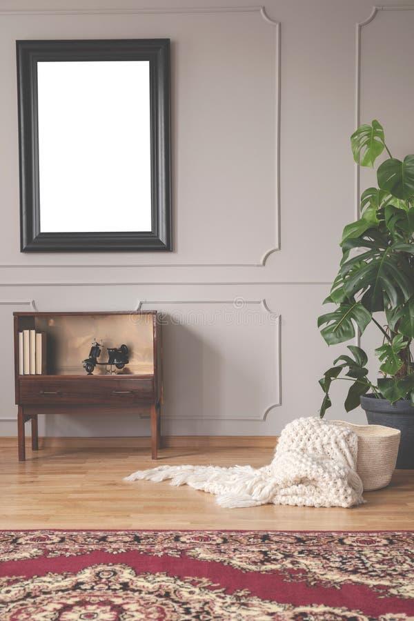 Modello nel telaio nero sopra il gabinetto d'annata fotografia stock