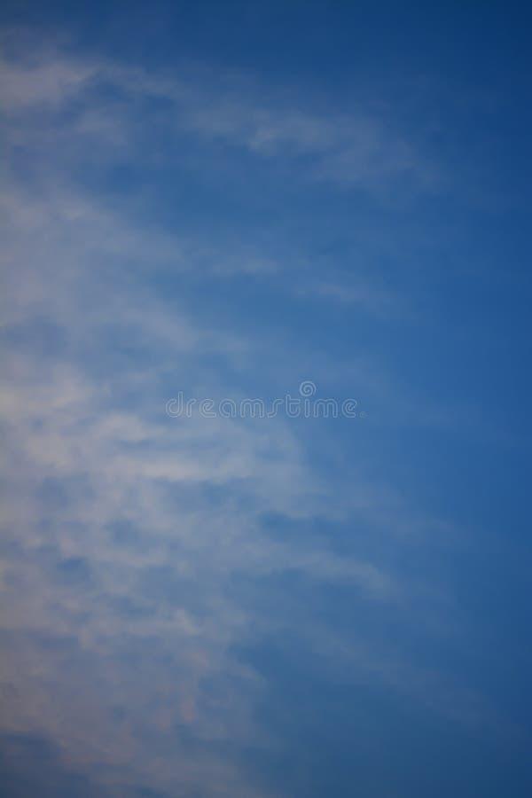 Modello pastello blu profondo di colore del fondo di tono del cielo nuvoloso fotografia stock libera da diritti