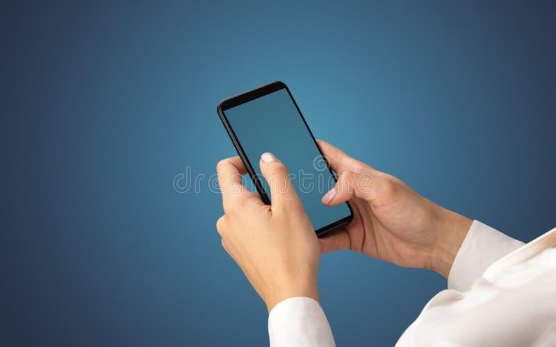 Modello per la mano femminile facendo uso dello smartphone fotografia stock