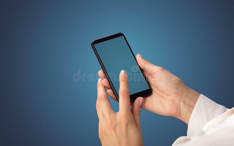 Modello per la mano femminile facendo uso dello smartphone fotografia stock libera da diritti
