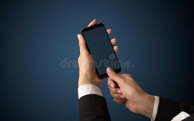 Modello per la mano femminile facendo uso dello smartphone fotografie stock