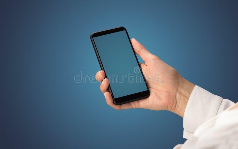 Modello per la mano femminile facendo uso dello smartphone immagini stock libere da diritti