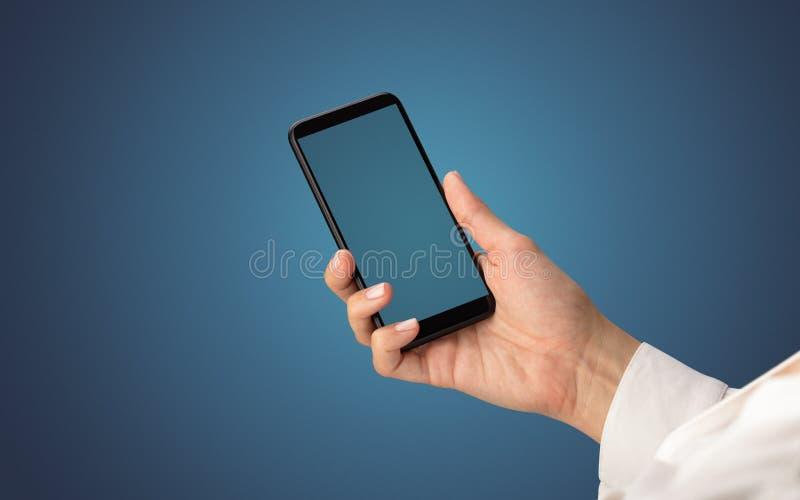 Modello per la mano femminile facendo uso dello smartphone immagine stock libera da diritti
