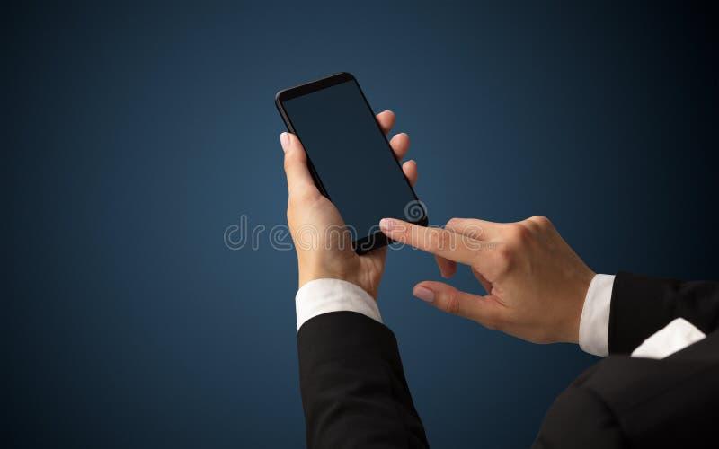 Modello per la mano femminile facendo uso dello smartphone immagini stock