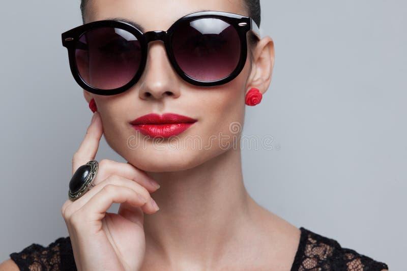 Modello perfetto in grandi occhiali da sole arrotondati immagini stock libere da diritti