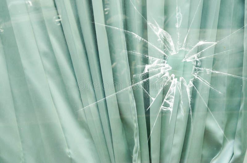 Modello piegato della tenda dietro vetro rotto fotografia stock