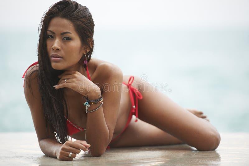 Modello rosso della spiaggia del bikini immagini stock libere da diritti