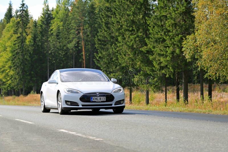 Modello S Electric Car di Tesla sulla strada immagini stock libere da diritti