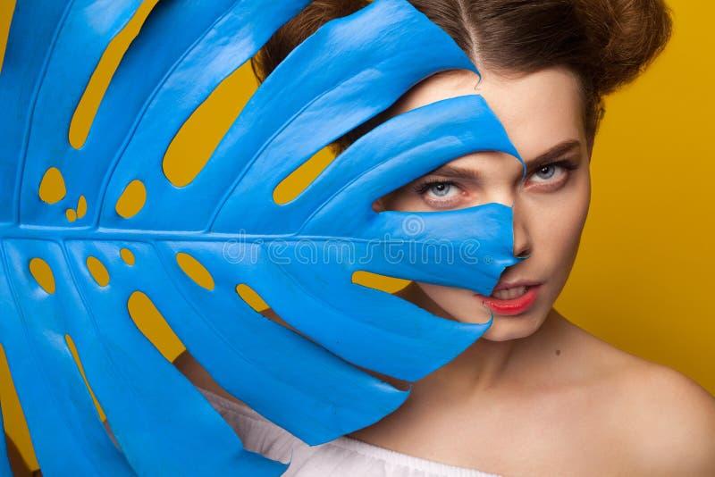 Modello sensuale con la foglia gigante fotografia stock