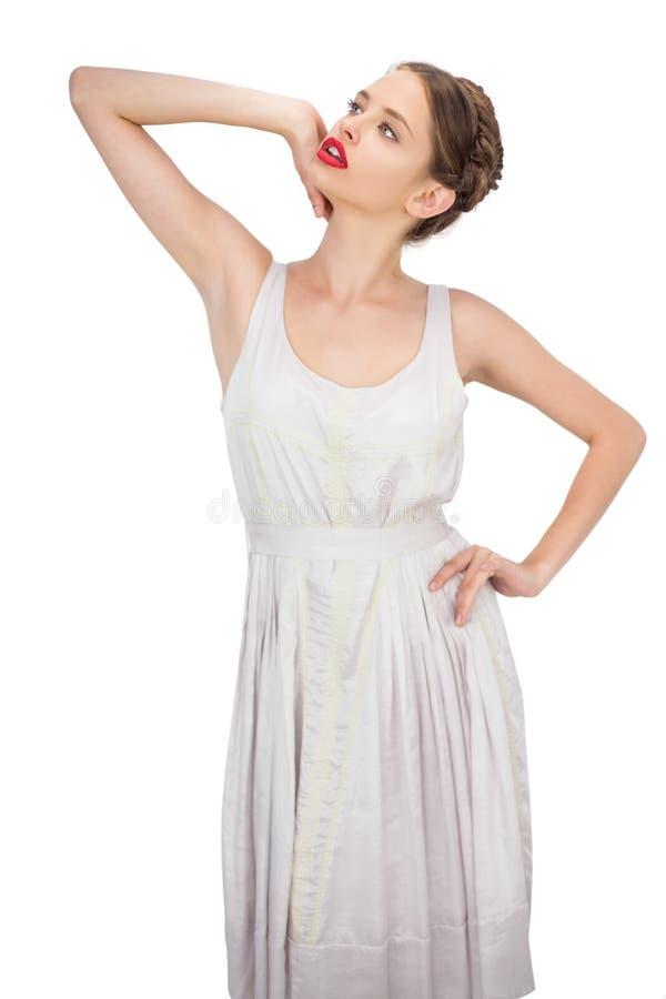Modello sensuale in vestito bianco che posa distogliere lo sguardo fotografia stock libera da diritti