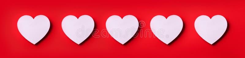 Modello senza cuciture dei cuori bianchi su fondo rosso Vista superiore Giorno del `s del biglietto di S Amore, data, concetto ro immagini stock