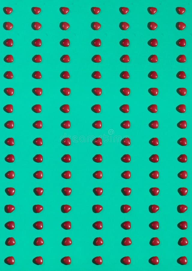 Modello senza cuciture dei cuori sopra fondo blu fotografie stock