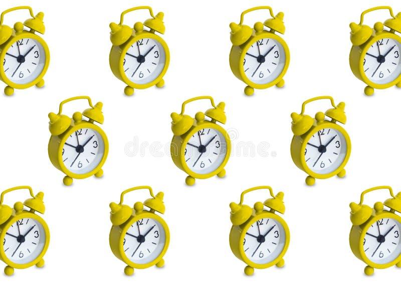 Modello senza cuciture fatto degli orologi analogici dorati nel fondo bianco isolato fotografie stock libere da diritti