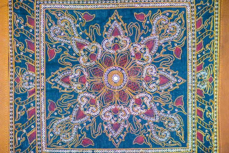 Modello senza cuciture sul fondo blu del tessuto con gli elementi bianchi ed arancio Ornamento turco classico del tessuto, mandal fotografia stock libera da diritti
