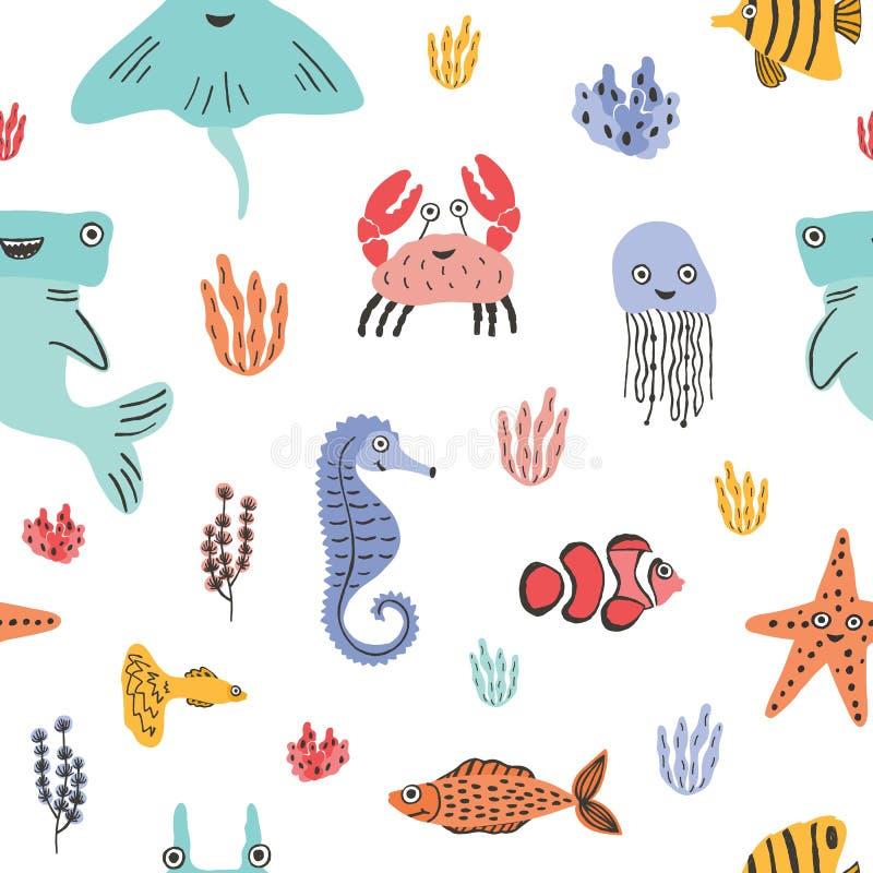Modello senza cuciture variopinto con gli animali marini divertenti o le creature subacquee, coralli ed alga su fondo bianco illustrazione di stock