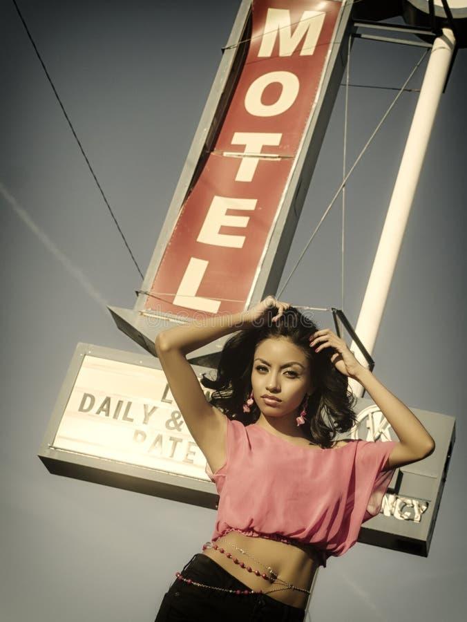 Modello sexy del segno del motel di Route 66 immagini stock