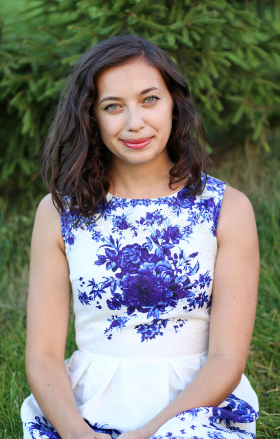 Modello sexy molto bello della ragazza in un vestito con i fiori fotografie stock libere da diritti