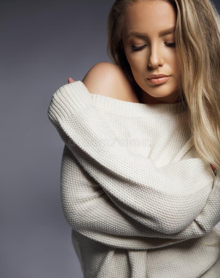 Modello sexy sensuale in maglione surdimensionato immagine stock