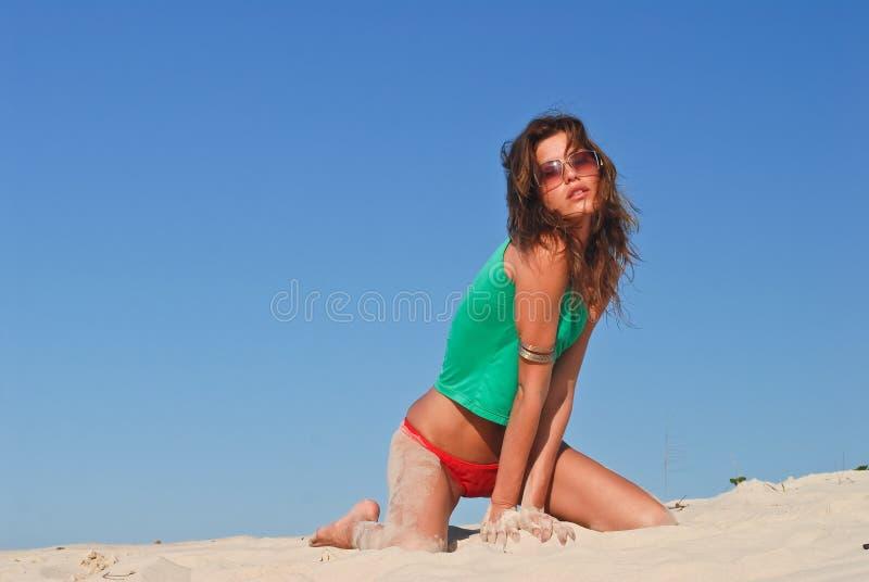 Modello sexy sulla spiaggia in bikini rosso immagini stock libere da diritti