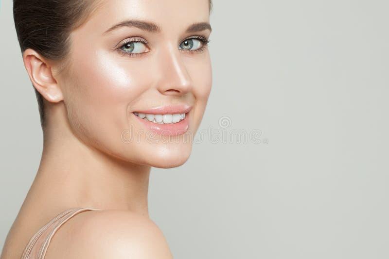 Modello sorridente felice con chiara pelle Bello primo piano del fronte della donna Skincare e concetto facciale di trattamento fotografia stock libera da diritti