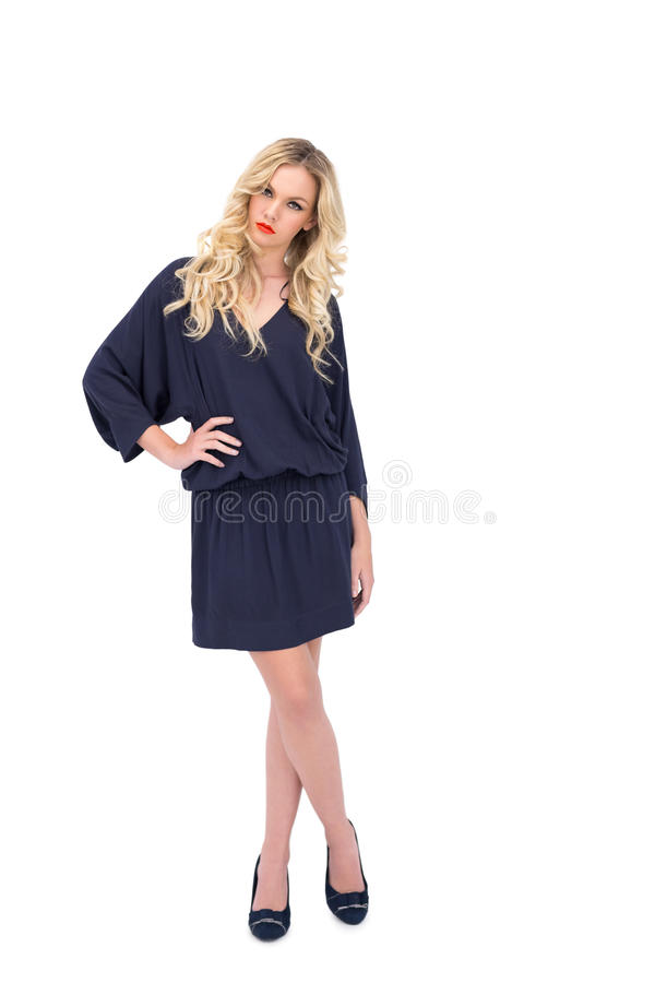 Modello splendido serio che indossa posa del vestito elegante immagine stock libera da diritti