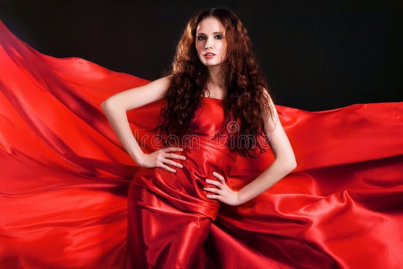 Modello splendido in vestiti rossi fotografia stock libera da diritti