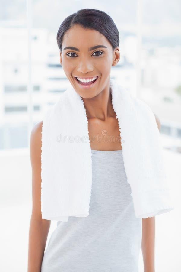 Modello sportivo allegro con l'asciugamano sulla posa delle spalle immagini stock