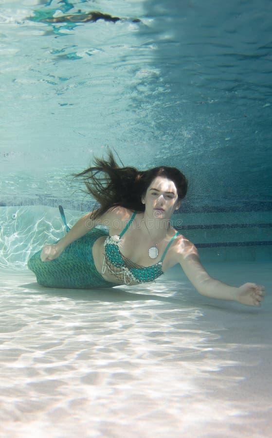 Modello subacqueo in uno stagno che indossa una coda delle sirene immagine stock libera da diritti