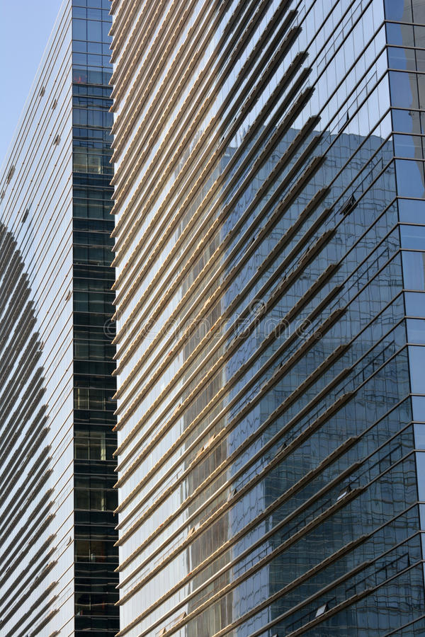 Modello sulla parete di vetro delle costruzioni moderne fotografia stock