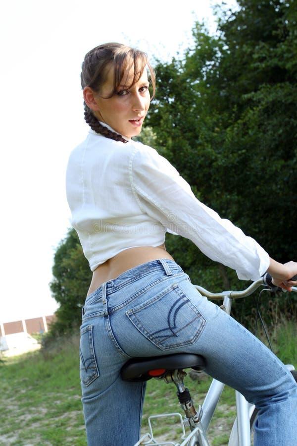 Modello sulla sua bicicletta immagini stock