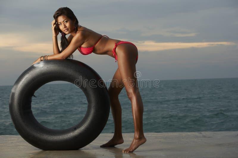 Modello tailandese del bikini con la metropolitana fotografia stock