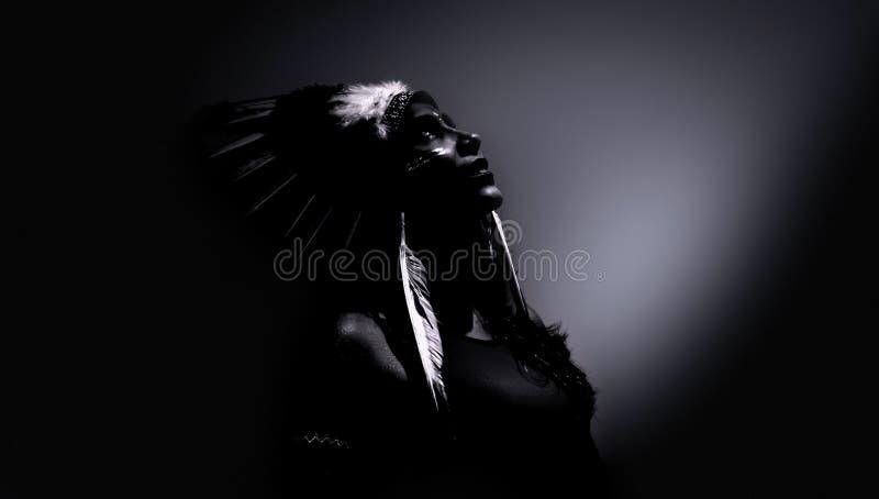 Modello travestito come aborigeno indigeno fotografia stock libera da diritti