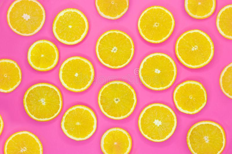 Modello variopinto della frutta delle fette arancio fresche su fondo rosa fotografia stock libera da diritti