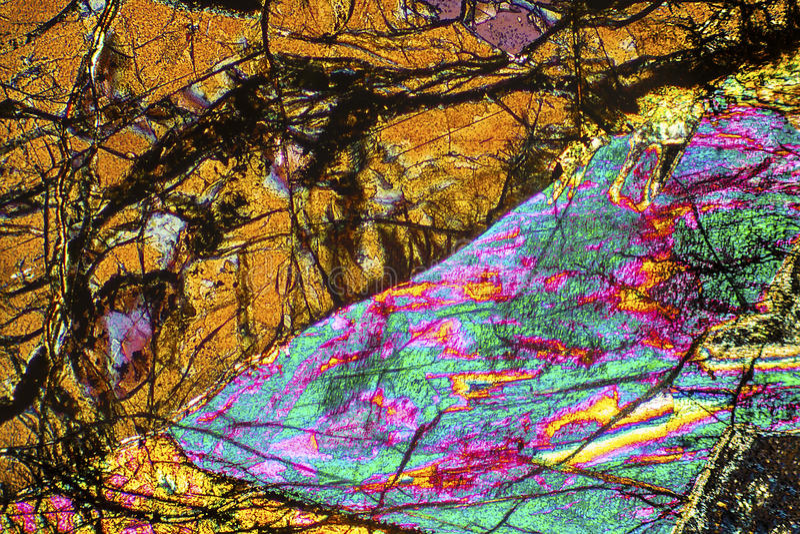 Modello variopinto e astratto di minerale in un micrografo di polarizzazione immagine stock