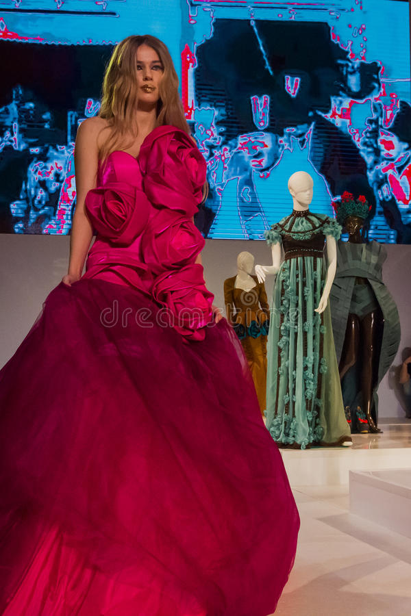 Modello in vestito rosa sulla sfilata di moda immagine stock