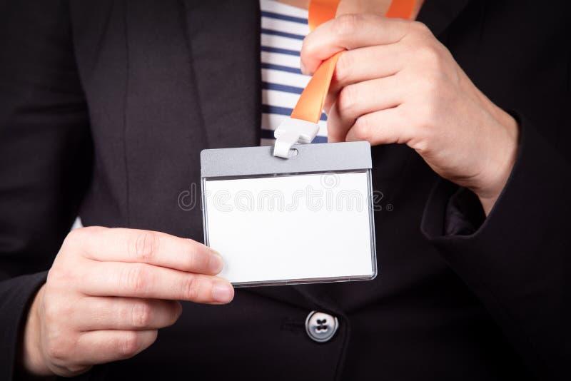 Modello vuoto bianco di identità del personale con la cordicella arancio immagine stock