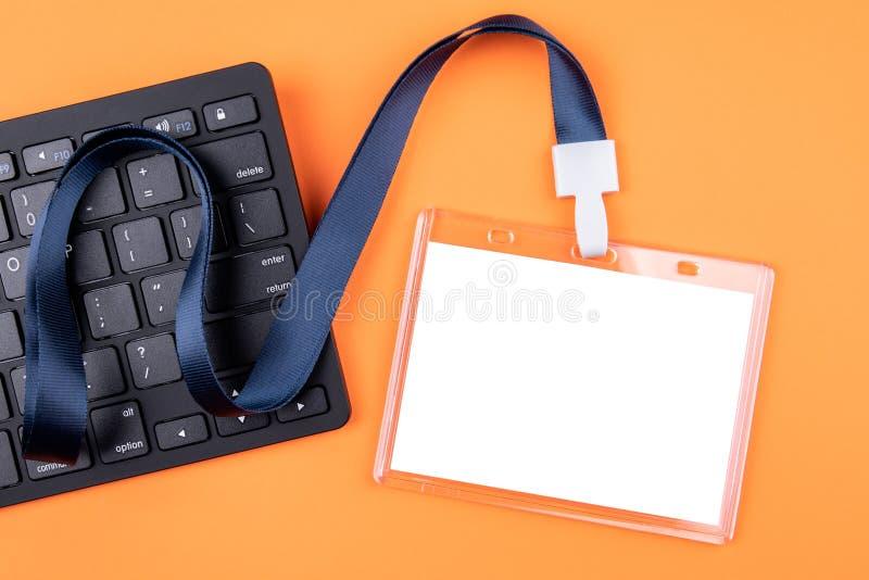 Modello vuoto bianco di identit? del personale con la cordicella blu Etichetta di nome, carta di identit? immagini stock libere da diritti