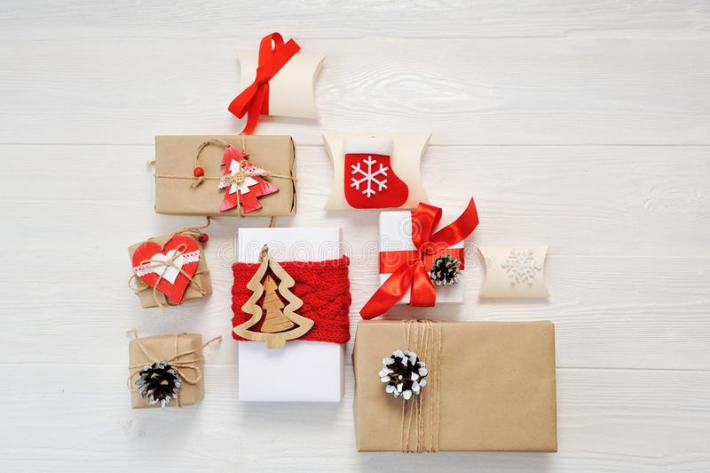 Modellpapierpakete eingewickelt gebunden mit Tags Ein rotes Herz und einige Weihnachtsgeschenkboxen eingewickelt mit Papier Kraft stockfoto