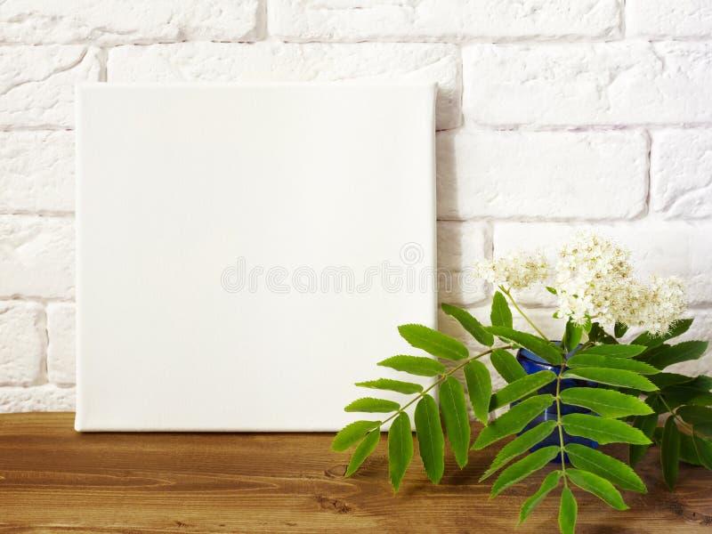 Modellplakat Segeltuch des weißen Quadrats im Innenraum lizenzfreie stockfotos