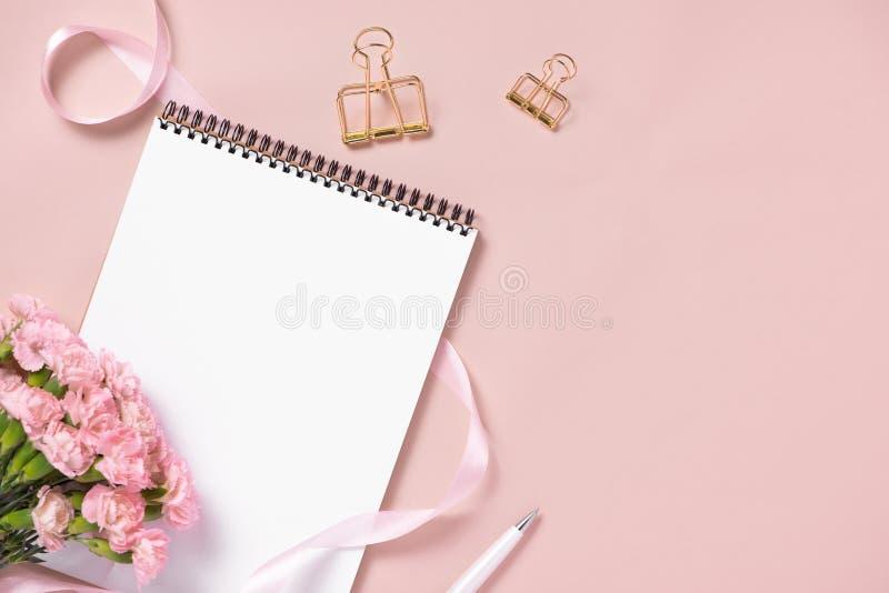 Modellplaner-Ebenenlage Zusatz auf dem Tisch Ansichtspitze Rosa Hintergrund, Stillleben Ereignisse und Parteidesktop Weibliche Sz lizenzfreies stockbild
